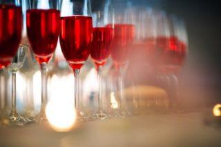 Kieliszki z czerwonym szampanem.